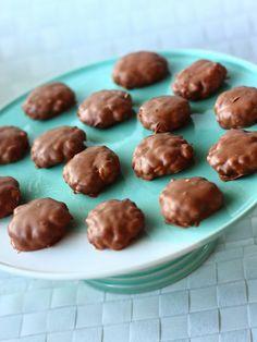 Riisimuromassaa tehdessäni vaahtokarkkeja jäi yli. Koska massa itsessään maistui ihanalta, halusin tehdä lopuista suklaapäällysteisiä makeisia. Ja kyllä kannatti! Nämä muistuttivat paljon Susu-paloja. Rapeita, mutta samalla hieman sitkeitä. Vielä kun lisäisi kinuskia, nii… Finnish Recipes, Candy Recipes, Toffee, Truffles, Almond, Xmas, Sweets, Snacks, Cookies