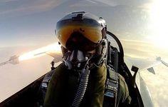 Pilota di F-16 scatta un selfie mentre lancia un missile