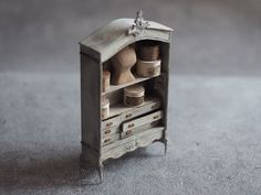Miniature Vintage Cabinet Dollhouse ♡ ♡ By petipetit Tiny Furniture, Miniature Furniture, Miniature Houses, Miniature Dolls, Diy Dollhouse, Dollhouse Miniatures, Boutique Deco, Diy Tutorial, Vintage Cabinet