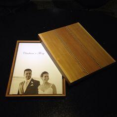 Álbum de casamento 28x35cm com caixa de madeira e detalhe em marchetaria.