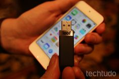 Dispositivo fica escondido atrás do iPhone (Foto: Fabrício Vitorino/TechTudo)