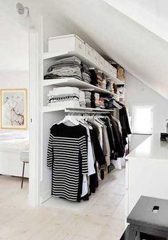 Dressing sous pente derrière cloison tête de lit de chambre