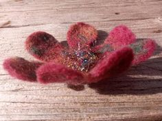 Sparkly Flower felted with recycling ribbons, brooches or hair pin Creative Gifts, Hair Pins, Recycling, Ribbon, Felt, Brooch, Wine, Green, Flowers