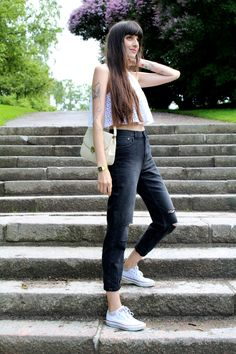 New post on my Blog! http://pazhalabirodriguez.com/mom-ripped-jeans/ #momjeans #outfit #converse #ootd #fashionblogger #blogger #croptop