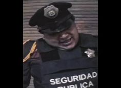 Poli I, 1999    En Poli I el artista concerta una confrontación con un policía. Esta comienza con el argumento de si éste tiene derecho a apuntarle la cámara y degenera en una absurda y violenta serie de insultos resaltando muchos de los conflictos sociales comunes en la ciudad.    Oríllese a la orilla es una videoinstalación de 6 canales en la que policías de la Ciudad de México son grabados en situaciones que, dependiendo del video, varían en grados y modos de manipulación por parte del…