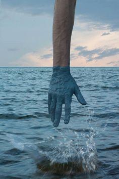 Geverfde handen gaan op in de achtergrond. Project 'Transfer', doopt Kevin Corrado zijn hand in verf