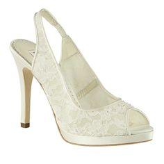 Las famosas crean tendencia, y el encaje, después de la boda real de la princesa Catalina, lo és. Clara es un finísimo zapato hecho con encaje.