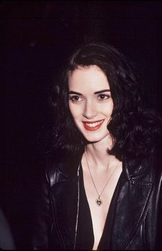 Winona Ryder : Photo manner It will be the time if girls surf in Winona Ryder 90s, Winona Ryder Style, Grunge Makeup, Grunge Hair, Soft Grunge, Pretty People, Beautiful People, Beautiful Women, Baskets Guess