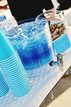 Sea Water - blue Gatorade, blue Hawaiian punch, vodka, and Sprite, layered. Could make for a kiddos party without the alcohol. Party Drinks, Cocktail Drinks, Fun Drinks, Blue Hawaiian Punch, Hawaiian Luau, Hawaian Party, Bar A Bonbon, Beach Bridal Showers, Desert Recipes