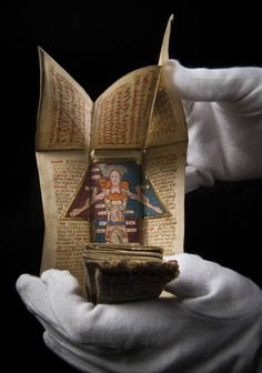 The Wellcome Library has acquired a century manuscript with fold-out illustrations relating to astrology and medicine. Previously unknown to scholars, it turns out to have been owned by eccentric English poet Edith Sitwell. Medieval Books, Medieval Life, Medieval Manuscript, Medieval Art, Illuminated Manuscript, Up Book, Book Art, Arte Pop Up, Modelos 3d