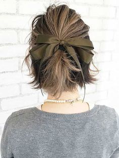 50 Beautiful Short Hair Updo Hairstyle Do you struggle to learn some updos for short hair? There are so many updo ideas available online. Trending Hairstyles, Bob Hairstyles, Natural Hairstyles, Short Haircuts, Summer Hairstyles, Short Vintage Hairstyles, 2018 Haircuts, Trendy Haircuts, Prom Hair