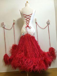 D621白と赤のコントラストでふわふわ裾のモダンドレス : 社交ダンスウェアNiniDance