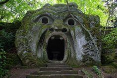 """Skurril, schön, unheimlich: Versteckt in einem Tal nördlich von Rom liegt der """"Heilige Wald der Ungeheuer"""" mit bizarren, riesigen Skulpturen."""