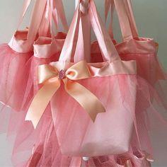 Personalizados Festa Bailarina #festabailarina #bailarina #lembranças #bolsabailarina #lafet_lafet # - lafet_lafet Party Gift Bags, Party Gifts, Goodie Bags, Favor Bags, Sweet Magic, Soap Wedding Favors, Ballerina Birthday Parties, Ideas Para Fiestas, Party Themes