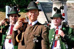 BÖLLERSCHIEßEN Am 7. Oktober 2012, dem letzten Tag des 179. Oktoberfestes, findet um 12:00 Uhr das traditionelle Böllerschießen an der Bavaria statt. Dort werden alljährlich die Schützenkönige des Oktoberfest-Landesschießens gekürt und mit einem gemeinschaftlichen Salut gefeiert. So, wie die Wiesn mit den traditionellen zwölf Böllerschüssen nach dem Fassanstich beginnt, so endet sie auch auf typisch bayerische Art mit Blaskapelle und vielen Böllern.