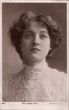 Silent film actress Maude Fealy wore Irish crochet lace for her turn of the century portrait. Vintage Abbildungen, Images Vintage, Photo Vintage, Looks Vintage, Vintage Pictures, Vintage Beauty, Old Pictures, Vintage Postcards, Old Photos