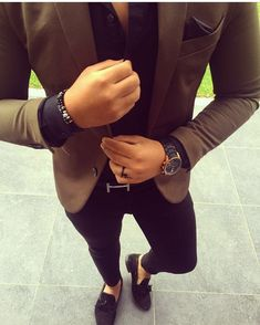 Consider teaming a brown blazer jacket with black slim jeans to achieve a dressy but not Mens Fashion Blazer, Suit Fashion, Fashion Black, Brown Blazer, Black Skinnies, Black Pants, Blazer With Jeans, Dress Black, Terno Slim Fit
