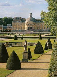 Vaux le Vicomte in Frankrijk - Het kasteel van Vaux-le-Vicomte is gelegen in de gemeente Maincy ongeveer 60 kilometer ten zuiden van Parijs. Het is een prachtig bouwwerk met een uitgestrekte symetrische tuin. Een pareltje uit de 17e eeuw. Het kasteel is gebouwd in Barok stijl.