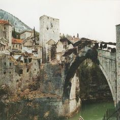 Agression Kroatiens auf Bosnien-Herzegowina - die Alte Brücke von Mostar wurde tagelang beschossen und zur Genze zestört