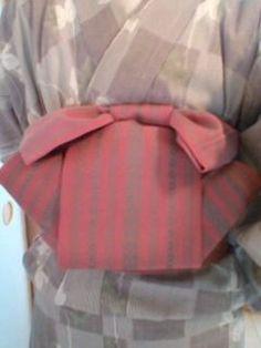 りぼん太鼓の結び方(半巾帯バージョン)|着物練習帖 Obi One, Yukata Kimono, Japan Outfit, Obi Belt, Shirt Embroidery, Sash Belts, Japanese Embroidery, Japanese Kimono, Pattern Design