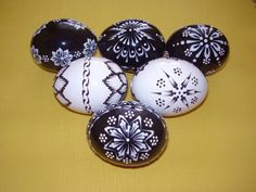 ručné práce | KRASLICE Easter Egg Pattern, Egg Decorating, Holiday Fun, Holiday Ideas, Easter Eggs, Diy And Crafts, Wax, Resin, Pintura