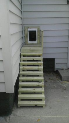 Never would have thought of making stairs that just went to the dog door. - Tap the pin for the most adorable pawtastic fur baby apparel! You'll love the dog clothes and cat clothes! Dog Yard, Dog Fence, Pet Door, Doggy Doors, Window Dog Door, Diy Doggie Door, Dog Spaces, Niches, Dog Rooms