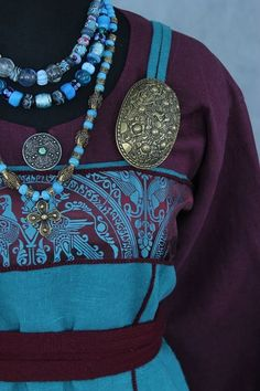 Lest we forget that the silk banding at the tops of apron dresses are squarely eastern Scandinavian and Varangian Rus Viking Tunic, Viking Garb, Viking Reenactment, Viking Dress, Viking Costume, Medieval Costume, Medieval Dress, Norse Clothing, Medieval Clothing