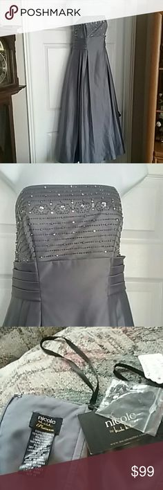 Nwt. Nicole miller size 10 prom dress Nwt. Nicole miller size 10 platinum prom,homecoming, bridesmaid or special occasion dress. Zipper back Nicole by Nicole Miller Dresses Prom