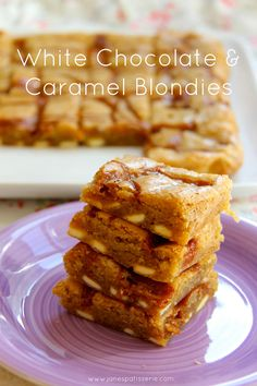 White Chocolate & Caramel Blondies - A gooey Blondie filled with White Chocolate pieces, and drizzled with a caramel sauce! Tray Bake Recipes, No Bake Desserts, Baking Recipes, Snack Recipes, Baking Ideas, Snacks, Janes Patisserie, Cookie Brownie Bars, Fall Baking