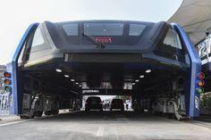 A China tem a capacidade de criar coisas extraordinárias, como esse ônibus futurista que anda sobre os carros, melhorando o fluxo, tanto…