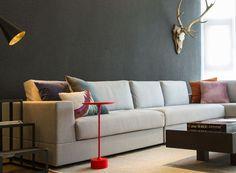 Apartamento moderno tem móveis de design e objetos de viagem na decoração