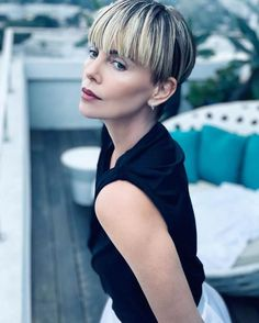 Frisuren Craving a new look in These are the short hair cut and style trends to try. Short Punk Hair, Very Short Hair, Short Hair With Layers, Short Hair Cuts, Short Hair Styles, Bobbed Hairstyles With Fringe, Pixie Hairstyles, Wedding Hairstyles, Girls Short Haircuts