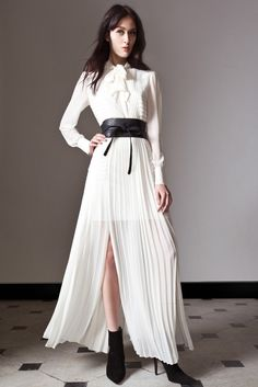 Take a look to ALICE by Temperley Pre-fall the fashion accessories and outfits seen on Londra runaways. Alice Temperley, Draped Dress, Pleated Dresses, White Fashion, Bridal Dresses, Wedding Dress, Vogue, Style Inspiration, Formal Dresses