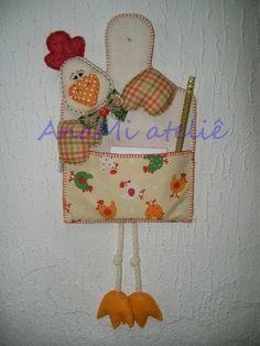 Porta recados galinhas em feltro e tecido costurado à mão.  Tempo para confecção aproximado. Outras cores disponíveis. R$ 36,00