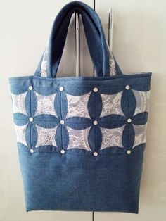 Одноклассники (com imagens) Quilted Tote Bags, Denim Tote Bags, Denim Purse, Patchwork Bags, Denim Patchwork, Denim Crafts, Recycle Jeans, Bag Patterns To Sew, Fabric Bags