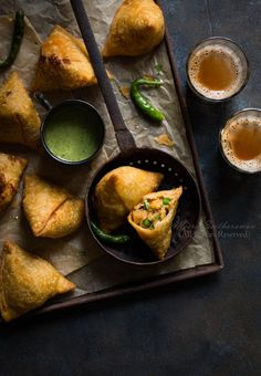 Samosa - Food Photography Best Picture For Kerala food tea For Your Taste You are looking for someth Food Blogs, Food Videos, Photo Restaurant, Restaurant Food, Dark Food Photography, Breakfast Photography, Photography Composition, Street Photography, Travel Photography