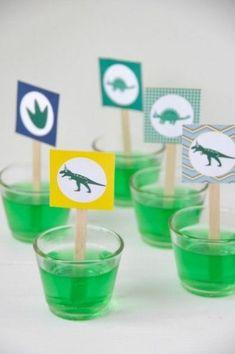 dinoparty kindergeburtstag, grüner dinoglibber mit etiketten von trickytine
