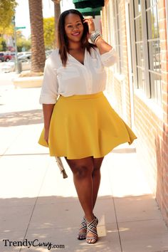 A plus size woman can look super hot if she puts on the right garments. For instance, a yellow skater skirt in chiffon or satin looks great with a white feminin shirt and a pair of black and white heels. Look Plus Size, Curvy Plus Size, Curvy Girl Fashion, Plus Size Fashion, Fashion Women, Trendy Fashion, Women's Fashion, Fashion Trends, Curvy Outfits