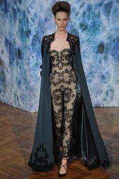 Alexis Mabille 2014 Couture Sonbahar Koleksiyonu - Başlangıç noktası olarak Suzan Santog'un deyiminden (bir kadını daha kadınımsıve güzel yapan, onun erkeksi tarafıdır) yola çıkan Alexis Mabille 2014 Haute Couture koleksiyonu;