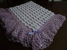 Manta de lã feita em duas cores de trico e croche.