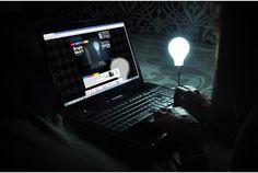 どシンプル! 電球がPCをソフトに照らす「Bright Idea」 | roomie(ルーミー)