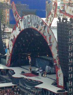 El escenario listo para el concierto momentos antes de su comienzo. Foto: @ebarcala