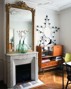 Ambiance vintage autour de la cheminée avec ce meuble en bois 50's et étoile récup