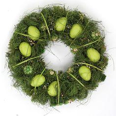 Dekorativní velikonoční věnec zdobí 8 vajíček a bohatá přízdoba. Můžete ho zavěsit na dveře nebo položit na stůl. Průměr věnce je 35 cm a cena 299 Kč; Dedra