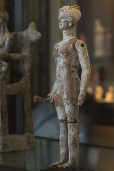 Oyuncaklar büyük ihtimalle insanlığın başlangıcından beri vardı, çocuklar olduğu sürece oyuncakların da var olacağını düşünebiliriz. Bunun bir sonucu olarak arkeolojik kalıntılar arasında da oyuncaklara rastlıyoruz. 23 Nisan Çocuk Bayramı'nı da kutlamak amacıyla, sizin için en eskisi MÖ 5000'li yıllara tarihlenen 19 oyuncağı derledik. 1- Mardin'in Kızıltepe İlçesi'nde yüzey araştırmaları sırasında bulunan 7.500 yıllık oyuncak araba…