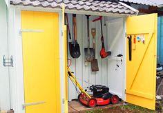 Oppbevar alle redskap i en flott redskapsbod – og gi gressklipperen en ny garasje! Diy Storage Shed Plans, Tool Storage, House Yard, Plank, Outdoor Power Equipment, Pergola, Home And Garden, Home Appliances, Backyard