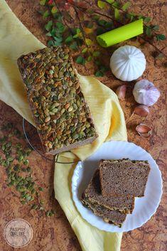 Smaczny chleb z mąki razowej pszennej i żytniej z dodatkiem czosnku przed pieczeniem posypałam nasionami dyni, która zawsze kojarzy mi ...