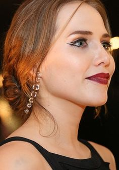 "Leticia Colin na festa de lançamento da novela ""A Regra do Jogo"" Leticia Colin, Red Carpet Makeup, Make Up, Drop Earrings, The Originals, Female, Divas, Hair, Beauty"