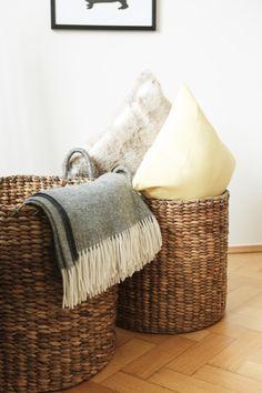 Darf bei Familien im Wohnzimmer nicht fehlen: XXL-Körbe, um Kissen und Decken zu verstauen. Und wenn sich überraschend Besuch ankündigt, ist auch blitzschnell das herumliegende Spielzeug aufgeräumt!