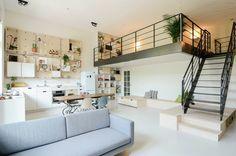 Construído na 2014 na Amsterdã, HolandaOns Dorpé um edifício escolar que teve seu uso convertido para apartamentos. Este em particular foi desenhado para uma família de quatro pessoas. A...